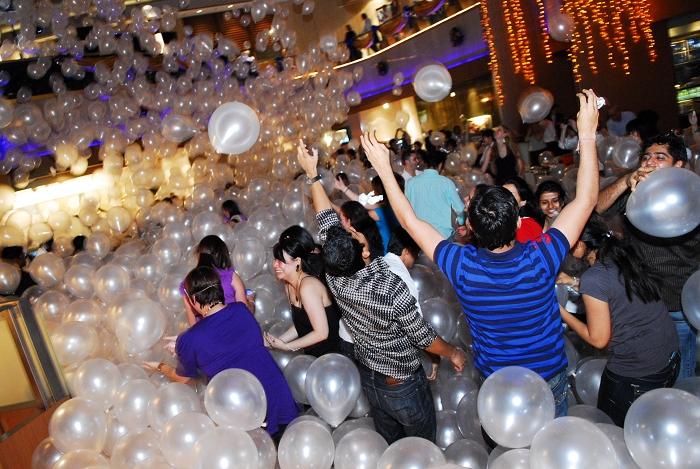 balloons drop, live photography, singapore, mandarin oriental singapore, christmas countdown, party, instant prints